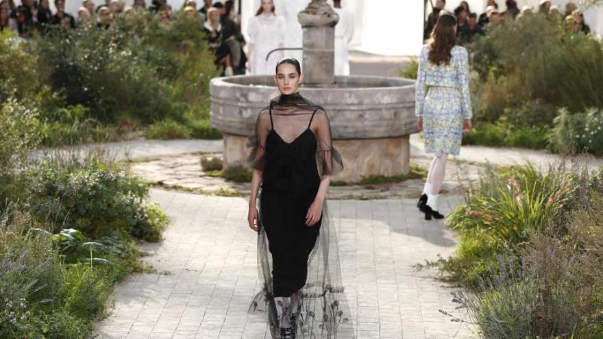 Un Chanel discreto y monacal en la alta costura de París