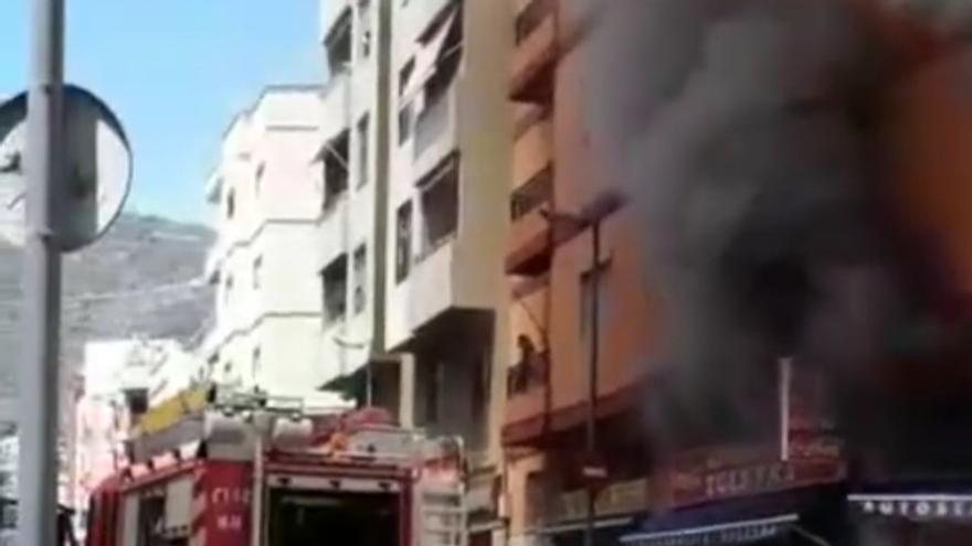 Un incendio en un supermercado obliga a desalojar un edificio y deja un anciano herido en Tenerife