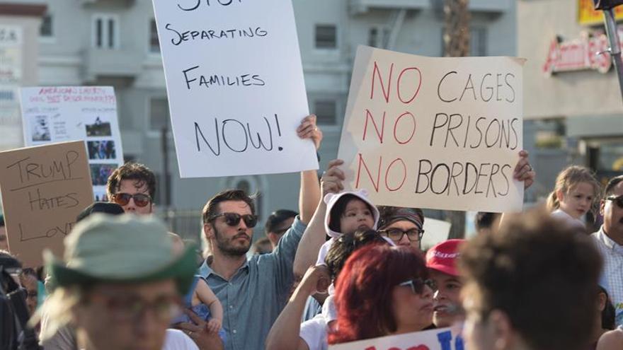 Manifestantes contra la separación de los hijos de inmigrantes en Texas cerca de la frontera con México.