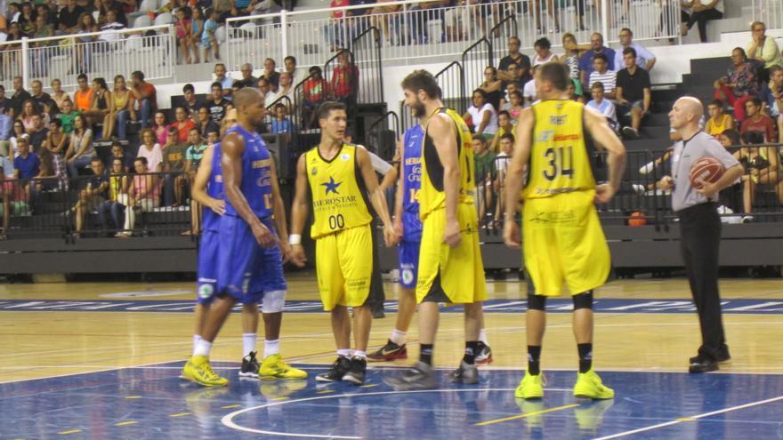 En la imagen, un momento del partido entre el Iberostar y el Herbalife. Foto: LUZ RODRÍGUEZ