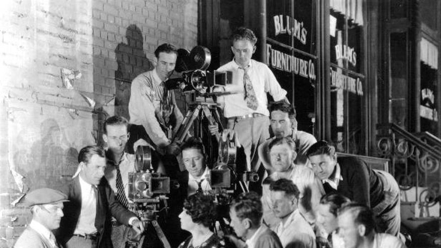 Lois Weber, una de las pioneras en la dirección, producción y guion, rodeada de hombres durante el rodaje de su película 'The Angel of Broadway'. (Imagen: Bison Archives | Women Film Pioneers Project)