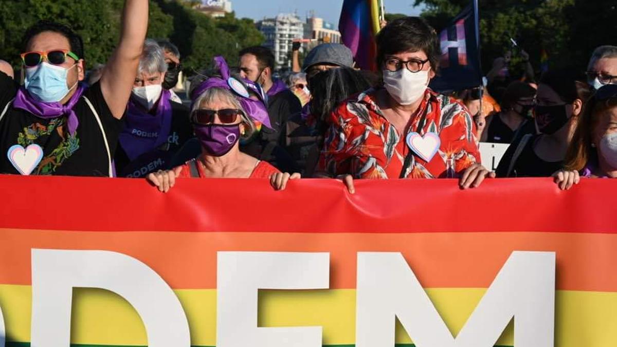 Consuelo Poveda y Pilar Lima, dirigentes local y autonómica de Podem, en la manifestación del Orgullo.