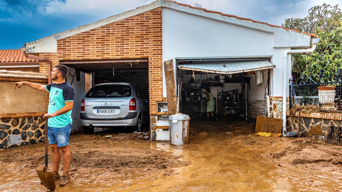 Imagen de archivo de los vecinos de Cobisa (Toledo) limpiando de barro sus viviendas tras la inundación causada por una tormenta.EFE/ Ángeles Visdómine