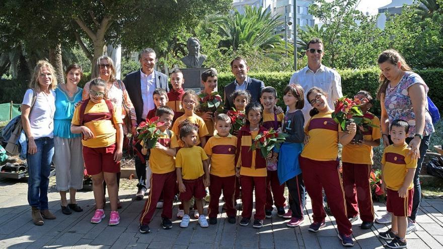 Un grupo de escolares acompañó al alcalde en el acto en el parque García Sanabria
