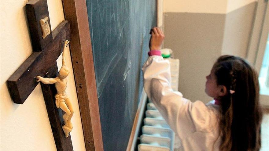 Una alumna en un colegio en una foto de archivo