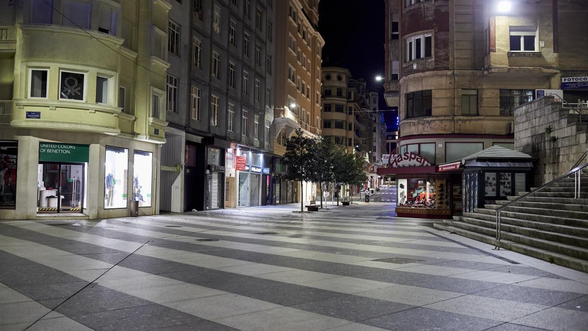 Calle Lealtad, en Santander, durante el toque de queda.
