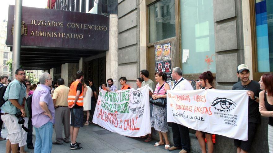 Miembros de Brigadas Vecinales en los Juzgados durante la vista oral de su denuncia a la Delegación al Gobierno.