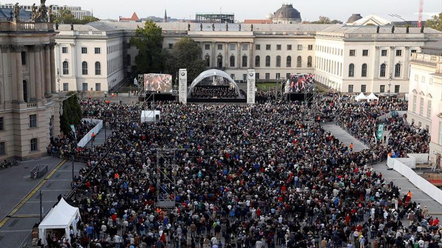 Barenboim reúne con su batuta a miles de personas en el centro de Berlín