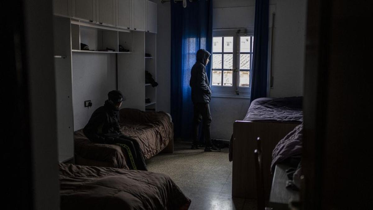 Dos menores migrantes en un centro de acogida de Toledo.