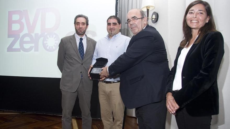 Un veterinario cántabro gana el premio europeo de investigación sobre diarrea vírica bovina