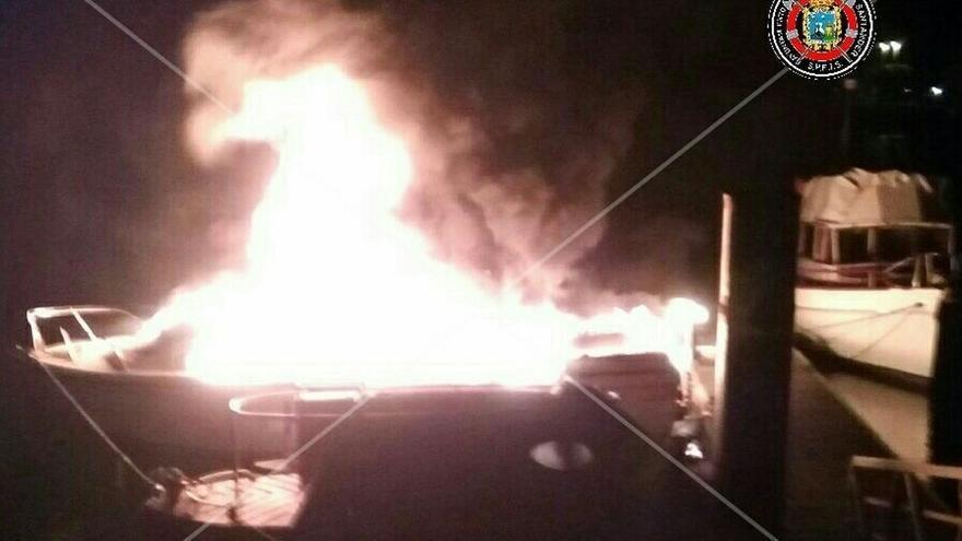 Se queman tres barcos en el puerto deportivo de Marina del Cantábrico