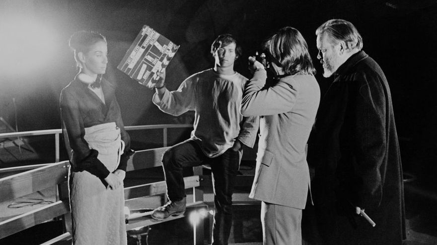 Orson Welles filma a Oja Kodar en 'The Other Side of the Wind' con el productor Frank Marshall y el cámara Gary Graver. (Jose Castellvi, 1971)
