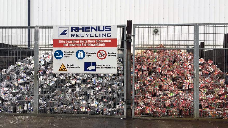 Latas (derecha) y envases compactados listos para llevar a reciclar