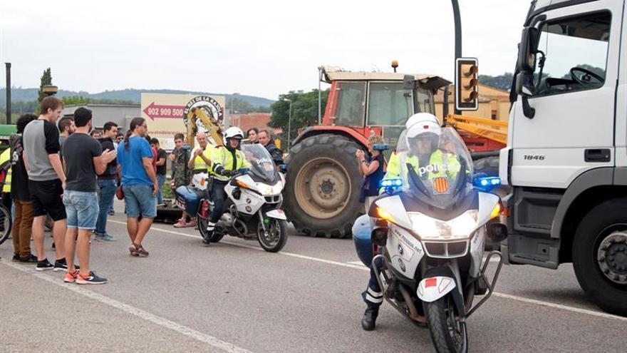 Una docena de carreteras de Cataluña cortadas por la acción de piquetes