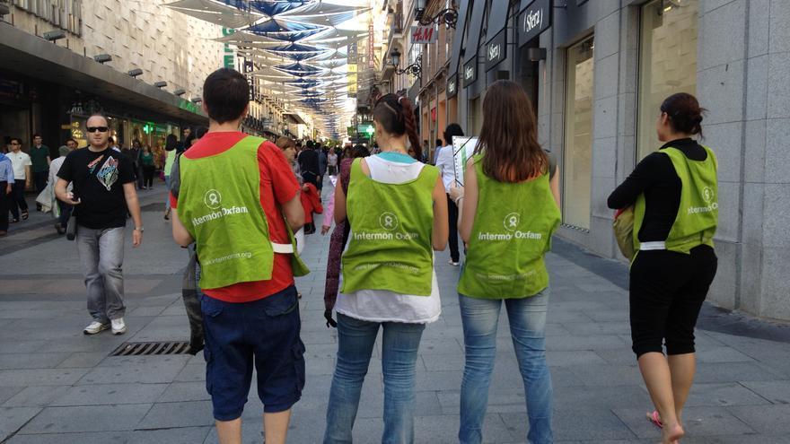 Jóvenes dedicados a la captación de socios para Intermón Oxfam, en el centro de Madrid.