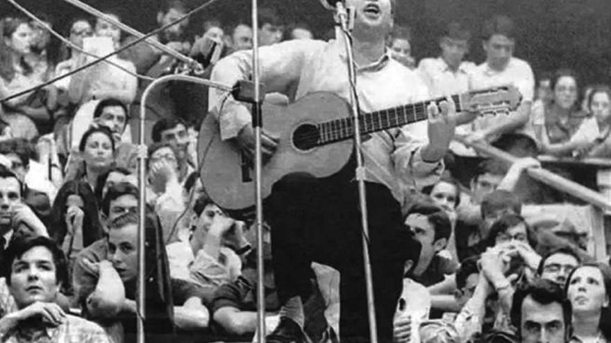 Raimon en su segundo concierto en Madrid. Arturo en la esquina inferior izquierda.   JUAN SANTISO