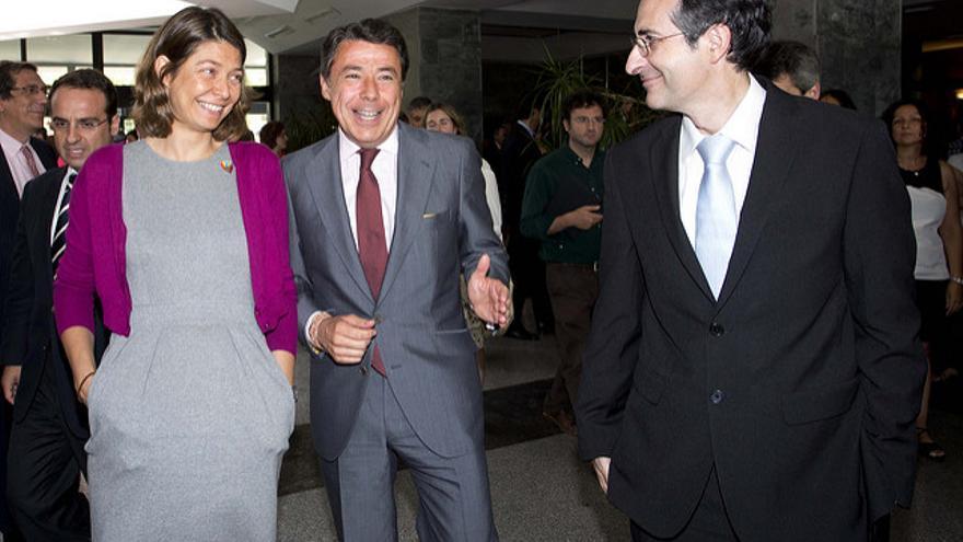 El rector Fernando Suárez (derecha), junto al expresidente González y la exconsejera Lucía Figar