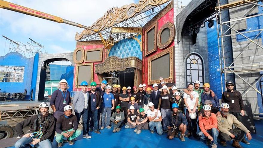 El alcalde de Las Palmas de Gran Canaria, Augusto Hidalgo (c) junto a los operarios que trabajan en el montaje del escenario del Carnaval.