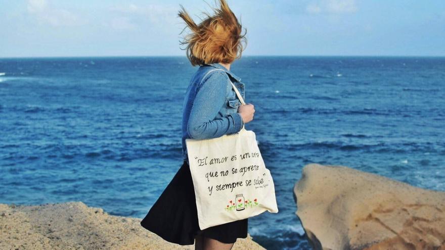 Las bolsas de Naida pretenden transmitir un mensaje.