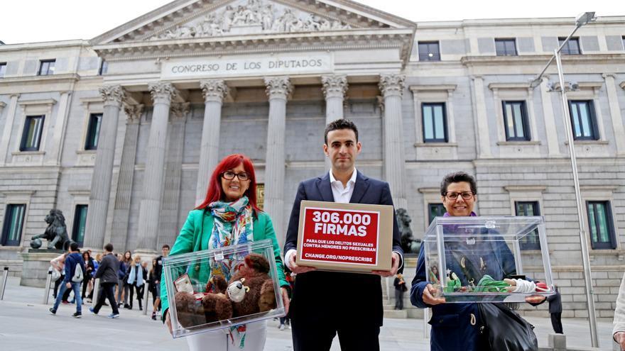 Gloria Viseras, Miguel Hurtado y Vicki Bernadet entregan en el Congreso 300.000 firmas para que la pederastia no prescriba.