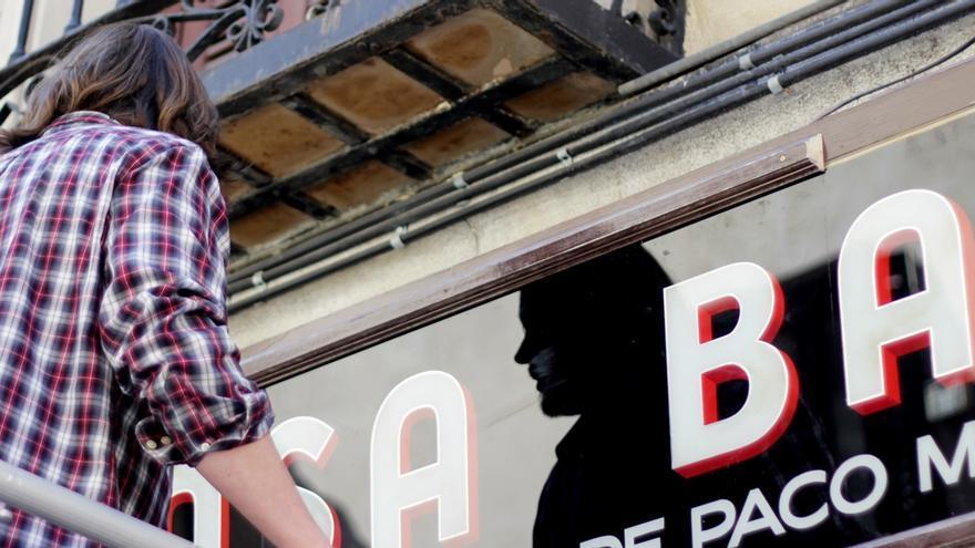 Tom Graham, colocando el cartel de Casa Baranda | RAQUEL ANGULO