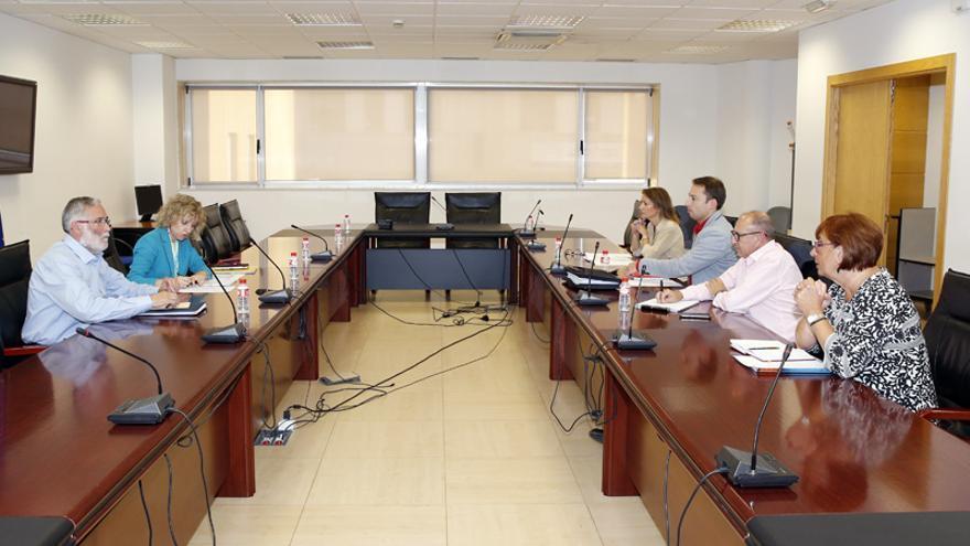 La vicepresidenta y el consejero de Educación, Cultura y Deporte han dirigido la reunión.  José Cavia
