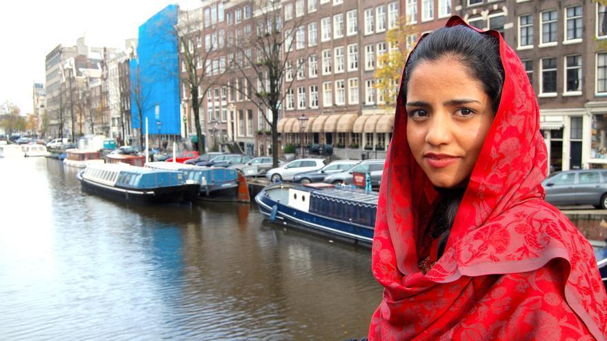 La rapera afgana Sonita posando en Ámsterdam / Alejandro Ávila