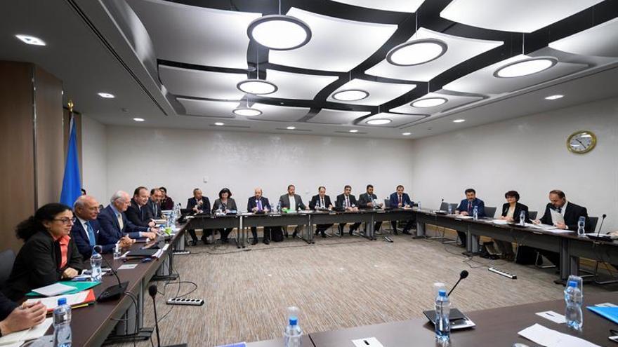 La oposición siria participará en las conversaciones de paz si cambia la estrategia
