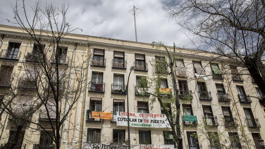 Fachada del edificio que los propietarios quieren desalojado este año, situado en Lavapiés. / O. M.