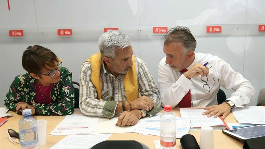 El secretario general del PSOE Canarias, Ángel Víctor Torres, conversa con miembros de la Ejecutiva Regional. EFE/Elvira Urquijo A.
