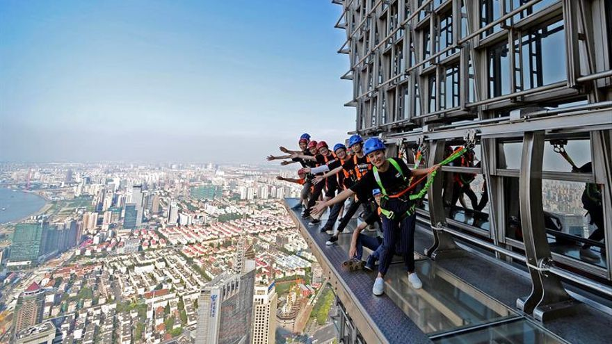 Rascacielos de Shanghái abre pasarela de cristal para pasear por su exterior