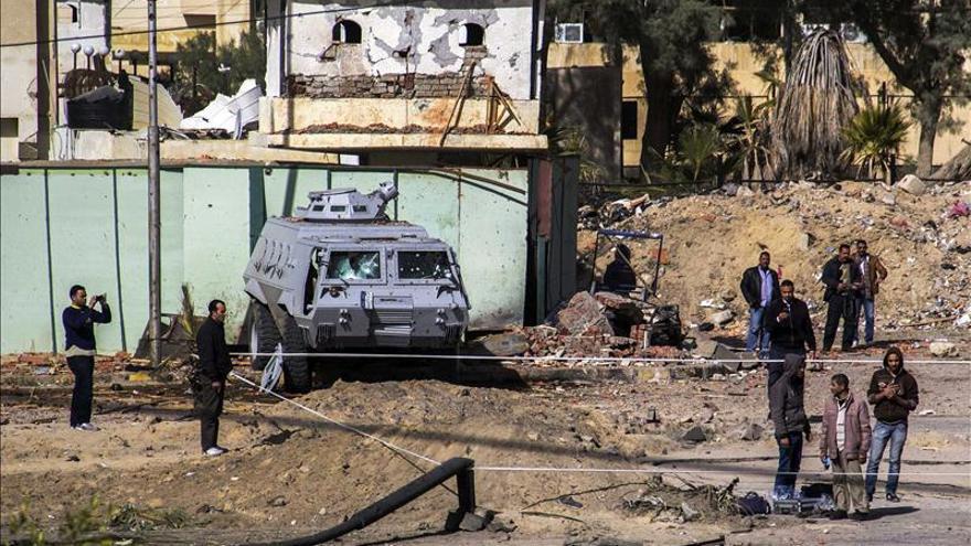 Muere un policía egipcio a manos de hombres armados al suroeste de El Cairo