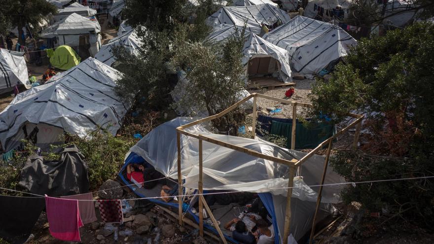 Chabolas y tiendas de campaña constituyen el campo de refugiados y migrantes