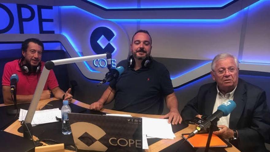 Fernando Jáuregui (con los auriculares en la mano), junto a Federico Quevedo y el director de La Linterna, Juan Pablo Colmenarejo
