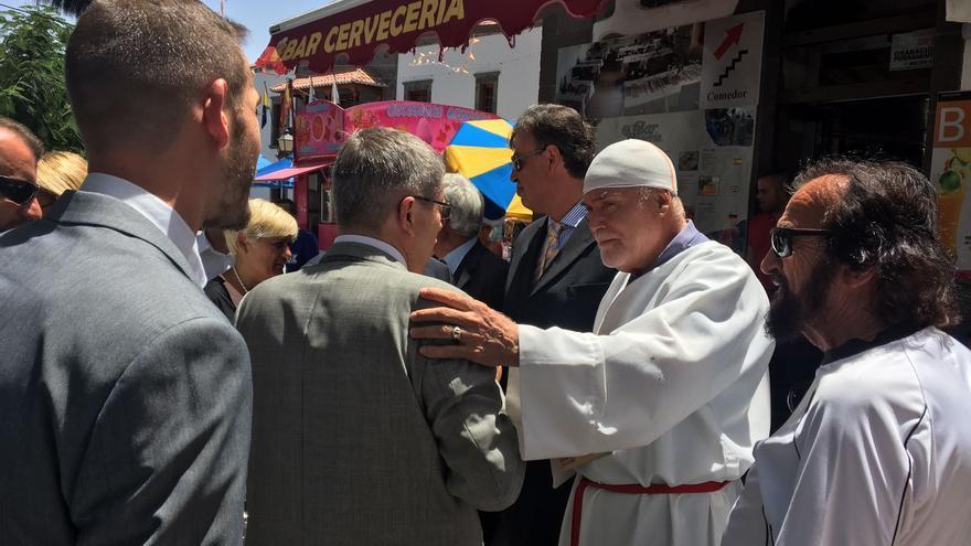 El párroco Armando Ladeiro, vendado en la cabeza debido al golpe de San Bartolomé, conversa con el alcalde Marco Aurelio Pérez