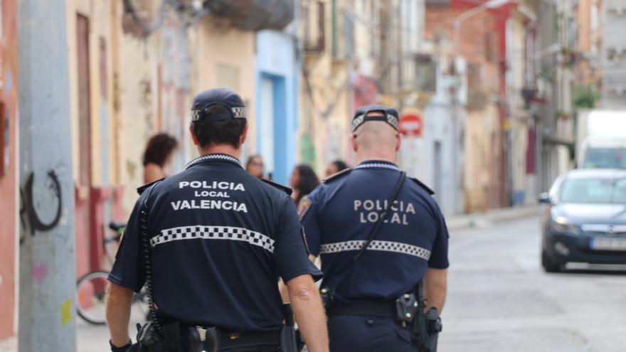 Dos agentes de la Policía Local de València en una calle del Marítim