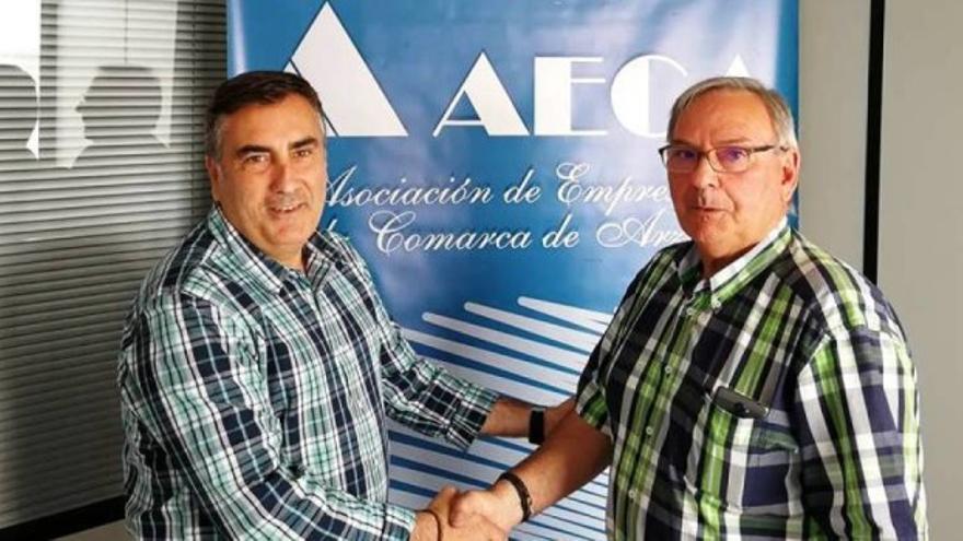 Un representante de Cobre San Rafael con el presidente de Aeca, Gómez Corzo