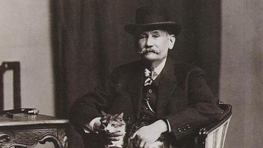 El escritor Benito Pérez Galdós (1843-1920) con uno de sus gatos.