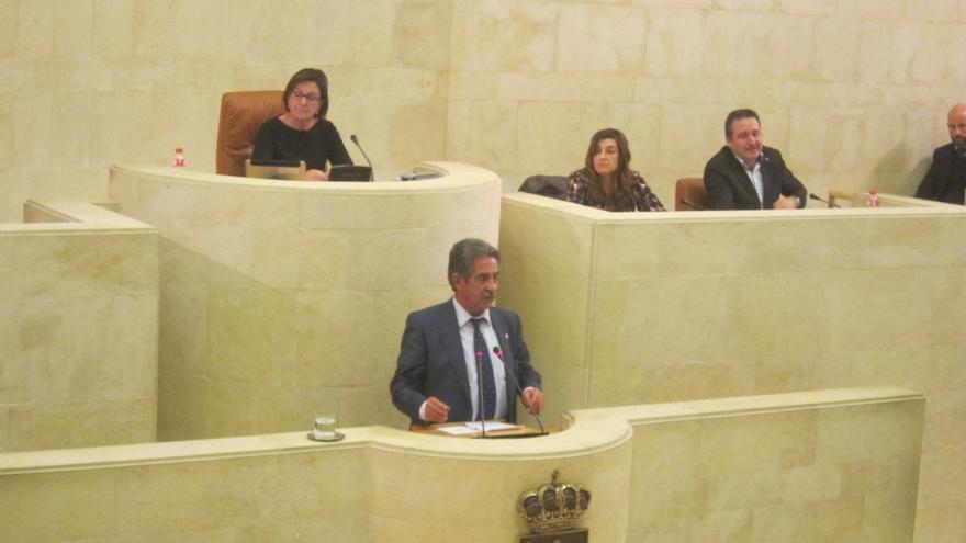 El Pleno debatirá sobre libros de texto, director de Alto Campoo y ley para proteger a denunciantes por corrupción