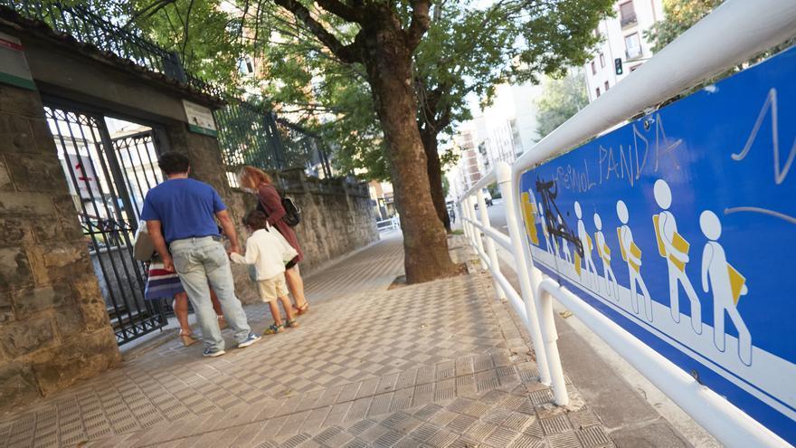 Archivo - Padres con sus hijos frente a las puertas del Colegio Público Víctor Pradera en el primer día de colegio del curso escolar 2020-2021en Pamplona, Navarra (España), a 4 de septiembre de 2020. Desde que finalizase el pasado curso por la COVID-19, e