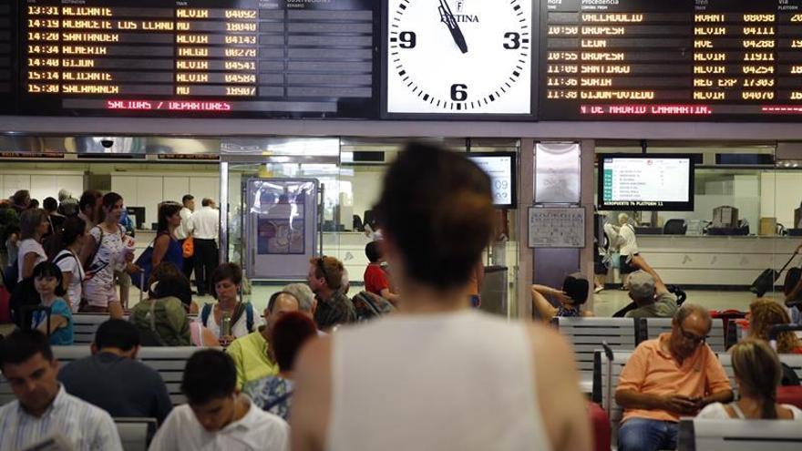 Renfe instalará desfibriladores en 98 estaciones de Cercanías