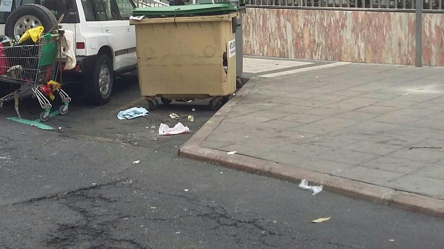 Basura en una calle trasera al Paseo de Las Canteras. (Fotografía facilitada por el PP)