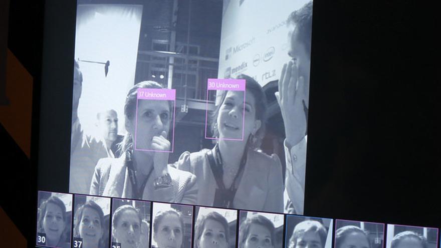 Cuando el sistema ha estudiado los patrones, compara la cara con su base de datos