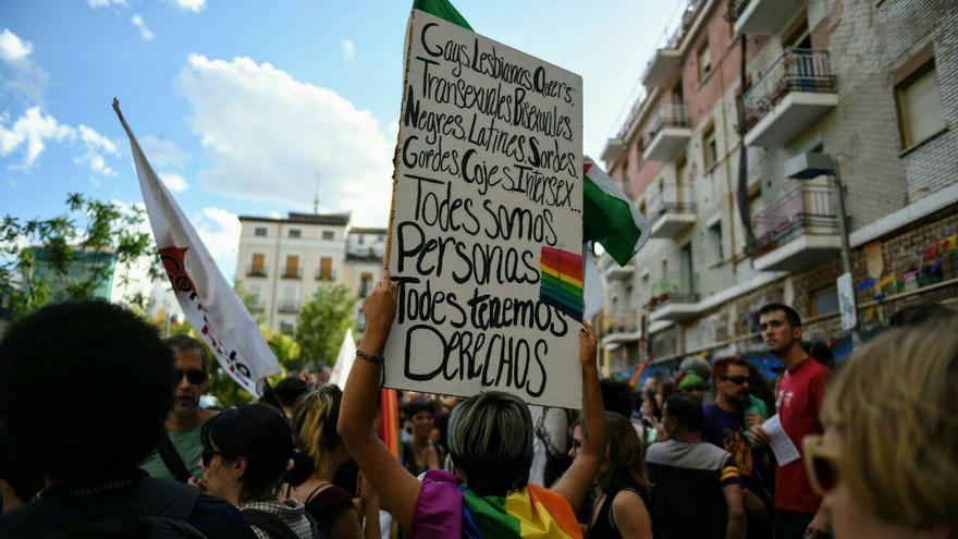 """""""Todes somos personas, todes tenemos derechos"""", pancarta en la manifestación del Orgullo Crítico en Madrid en 2017."""