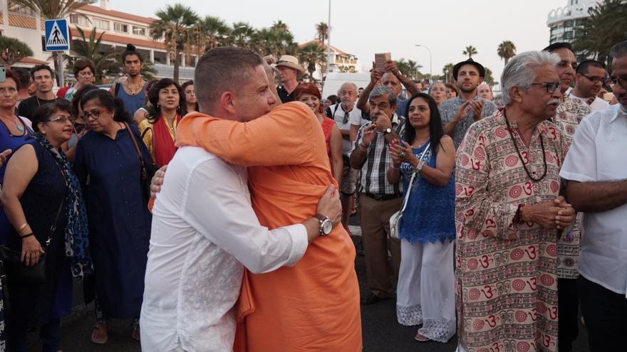 David Pérez, concejal de Turismo en Arona, saluda a su santidad Bhakti Charu Swami Maharaj