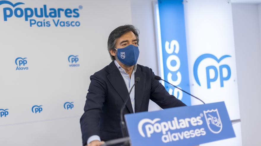 Archivo - El presidente del PP alavés, Iñaki Oyarzabal, en una rueda de prensa en Vitoria