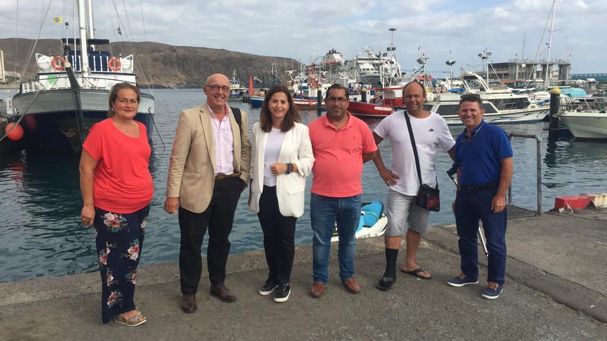 Pedro Suárez y Águeda Fumero, ambos del PP, en Los Cristianos, junto a los pescadores locales