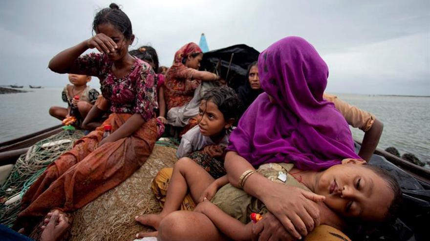 Varios niños y mujeres musulmanes rohingya, del estado de Rakhine, en una embarcación.