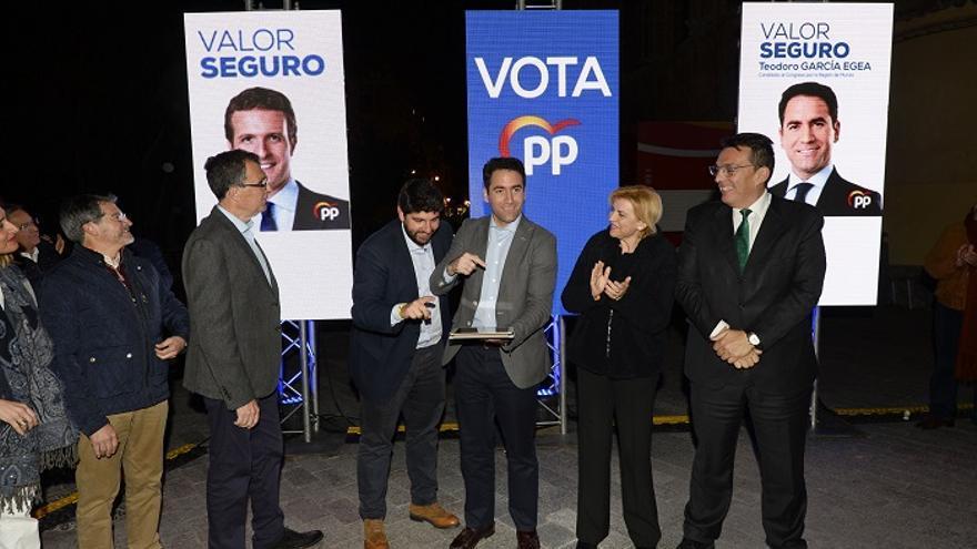 Teodoro García Egea junto con el presidente de la Región de Murcia, López Miras