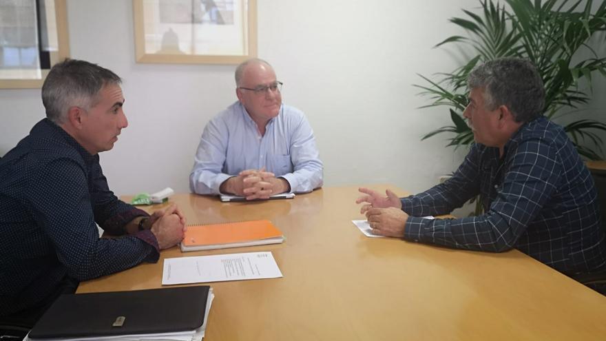De izquierda a derecha: Antonio Luis Pérez, gerente de Aspa; Carlos Cabrera,  consejero de Aguas del Cabildo, y Miguel Martín, presidente de Aspa.
